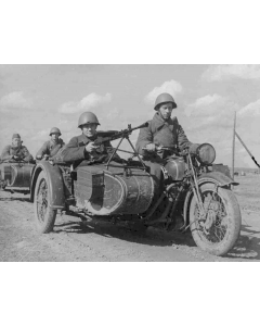 """1/72 Soviet M-72 Sidecar Motorcycle with Crew, snap fit """"Art of Tactic"""" (ZVE6277)"""